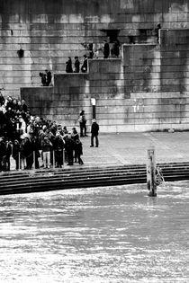 Menschenschlange  by Bastian  Kienitz