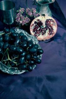 Still life with pomegranate and dark grapes von Jarek Blaminsky