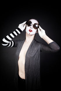 Female mime in round sunglasses  von Igor Korionov