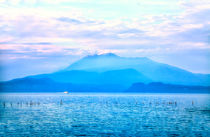 Traumhafter Blick auf einen wolkenverhangenen Berg  von Gina Koch