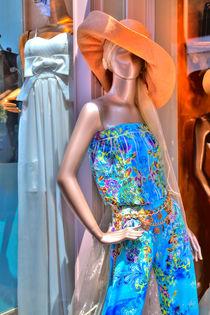 Schaufensterpuppe vor einer Boutique  von Gina Koch