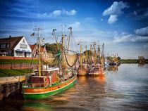 Fischkutter im Hafen von Greetsiel in Ostfriesland by Peter Roder