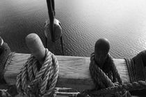 Belaying pins on a tall ship and calm waters - monochrome von Intensivelight Panorama-Edition