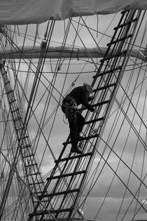Sailor climbing in the rigging - monochrome von Intensivelight Panorama-Edition