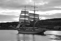 Brig leaving harbor - monochrome von Intensivelight Panorama-Edition