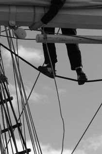 Sailor in the rigging of a brig - monochrome von Intensivelight Panorama-Edition