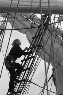 Female sailor in the rigging - monochrome von Intensivelight Panorama-Edition