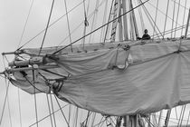 Mariner working in the rigging of a brig - monochrome von Intensivelight Panorama-Edition