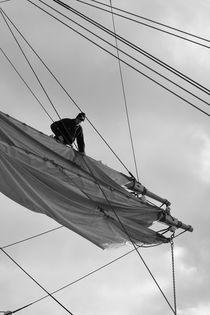 Seaman loosening a sail - monochrome von Intensivelight Panorama-Edition