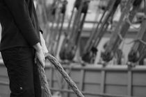 Sailor holding a rope - monochrome von Intensivelight Panorama-Edition