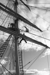 Sailor working high in the rigging - monochrome von Intensivelight Panorama-Edition