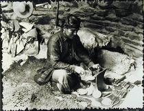 Silversmith at work, c.1914 (b/w photo)  von Bridgeman Art