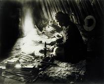Navaho silversmith, c.1915 (b/w photo)  von Bridgeman Art
