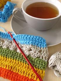 Eine Häkelarbeit und eine Tasse Tee by Heike Rau
