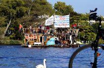 Kreativer-protest-mit-schwan-und-fahrrad