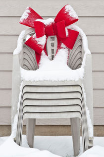 20120118lawnchairredwreath14445