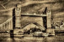 Tower Bridge and the Dixie Queen by David Pyatt
