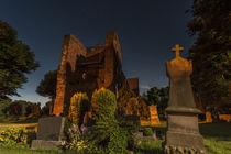 Kirche und Friedhof bei Nacht in Ostfriesland von bildwerfer