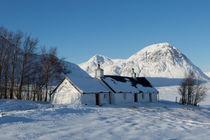 Scottish Cottage and Mountain in the Snow von Derek Beattie
