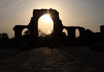Qutab Minar Ruins At Sunset von Aidan Moran