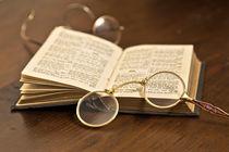 antiker Zwicker und Brille im Hintergrund mit Buch von Kurt Gruhlke