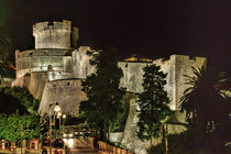 Dubrovnic Fortress and walls at night von Colin Metcalf
