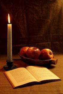 Drei Äpfel, Buch und Kerze by Olga Sander