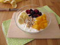 Dickmilch mit Früchten, Getreideflocken und Chiasamen von Heike Rau