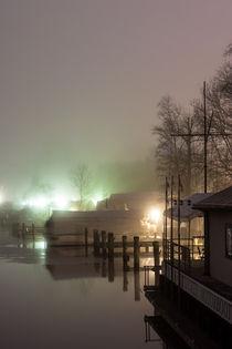 Häuser am Fluss im Nebel by gilidhor