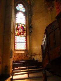Kirchenfenster und Treppe zum Altar von Eva Dust