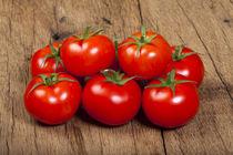 Fleischtomaten auf Holztisch - Beef tomatoes on wooden table by Thomas Klee