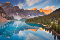 Moraine Lake at sunrise, Banff National Park, Canada von Sara Winter