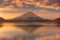 Mount Fuji and Lake Shoji in Japan at sunrise von Sara Winter