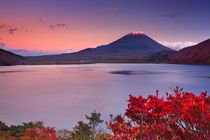 Last light on Mount Fuji and Lake Motosu, Japan von Sara Winter