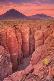 Narrow canyon and Volcan Licancabur, Atacama Desert, Chile at sunset von Sara Winter