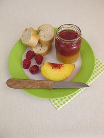 Frühstück mit zweifarbiger Pfirsich-Himbeer-Marmelade by Heike Rau