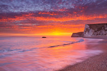 Cliffs at Durdle Door beach in Southern England at sunset von Sara Winter