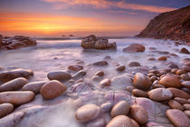 Rocky beach at sunset, Porth Nanven, Cornwall, England von Sara Winter
