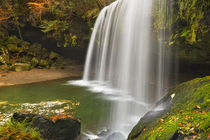 Nabegataki Falls in Japan in autumn von Sara Winter