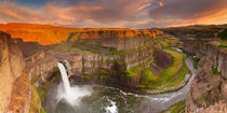 Palouse Falls in Washington, USA at sunset von Sara Winter
