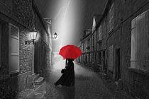 Die Frau mit dem roten Schirm von Monika Juengling