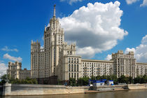High-rise building on Kotelnicheskaya embankment of the Moscow river , Moscow, Russia von Yuri Hope