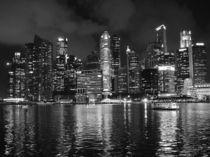 Singapore Skyline Waterfront Night BW von James Menges