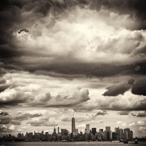 Manhattan New York underneath dramatic Sky by Thomas Schaefer  (www.ts-fotografik.de)
