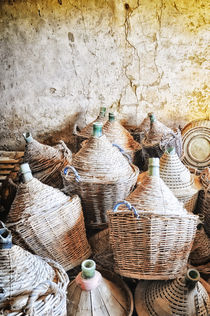 alte Korbflaschen in Scheune Toskana / Tuscany by Thomas Schaefer
