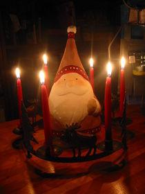 Weihnachtswichtel-vor-lichterkranz