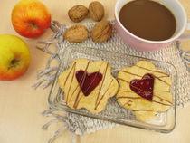 Spitzbuben mit Marmeladenherz, Äpfel, Walnüsse und Kaffee von Heike Rau