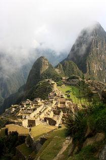 Mystische Inkastadt Machu Picchu bei Sonnenaufgang in Wolken gehüllt by Marita Zacharias