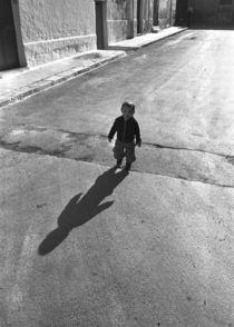 Little Boy in Street, Brindisi von Alan Mogensen