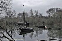 'Schwarz weiß still ruhen die Boote' by Ralph Brinkmann